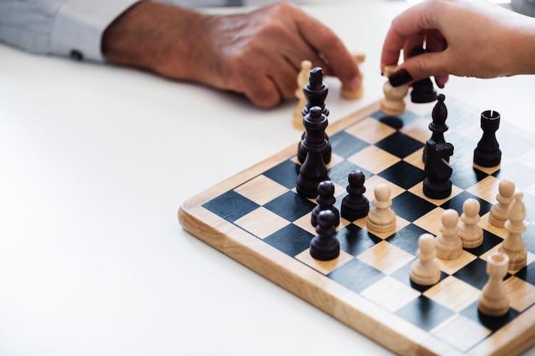 چگونه با استفاده از مذاکره سودمند و موثر در شرایط مختلف کاری پیروز شویم؟ مذاکره چه اصول و فنونی دارد؟ در این مقاله به تشریح کامل فنون مذاکره پرداختهایم.